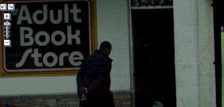 Google Maps Street ViewUn tipo entrando a una tieda de libros para adultos.
