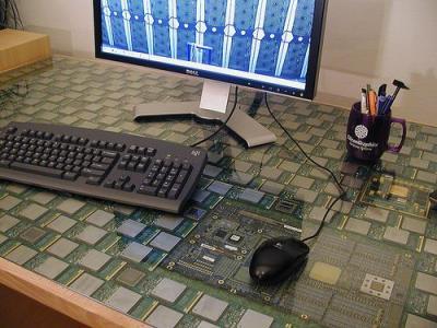 La mother board que ven en el escritorio está compuesta por 434 procesadores Intel Itanium